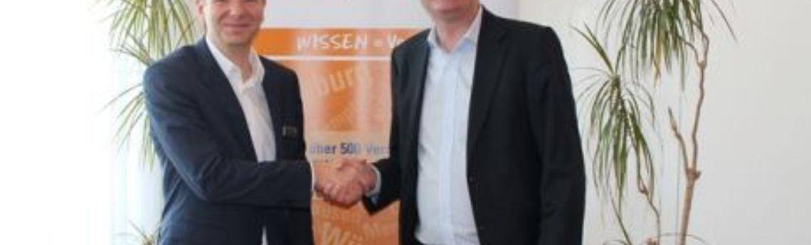 Steffen Jahn gratuliert Zweigstellenleiter Thomas Haberkorn